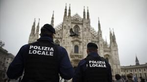 Dos policías italianos patrullan en la plaza del Duomo de Milán tras la advertencia del FBI de posibles atentados terroristas en Italia.