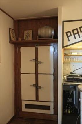 La entrada a Paradiso es una puerta de madera de una nevera.