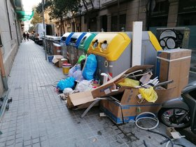 Contenedores desbordados en la calle de les Carolines esquina Gran de Gràcia de Barcelona. Foto del lector Pepe Ruiz (Barcelona).