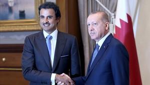 El presidente turco, RecepTayyip Erdogan, con elEmir de Catar, el jequeTamim bin Hamad al-Thani, en Ankara.