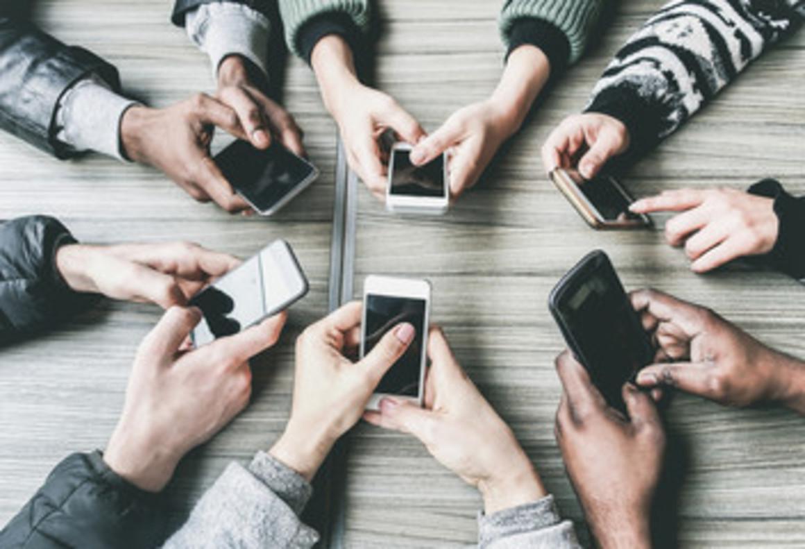 Gente usando su teléfono móvil