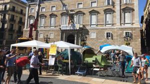 Este mediodía se ha vuelto a montar la acampada en la plaça Sant Jaume.