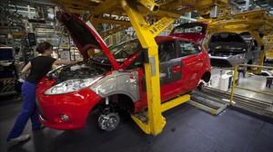 Una operaria en la factoría de Ford en la localidad de Almussafes