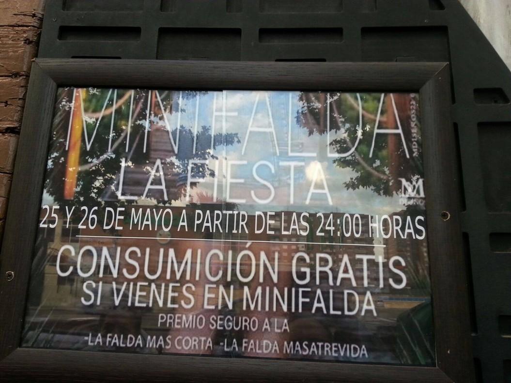 """Copes gratis a la faldilla més """"curta i atrevida"""", l'últim reclam sexista d'una discoteca"""