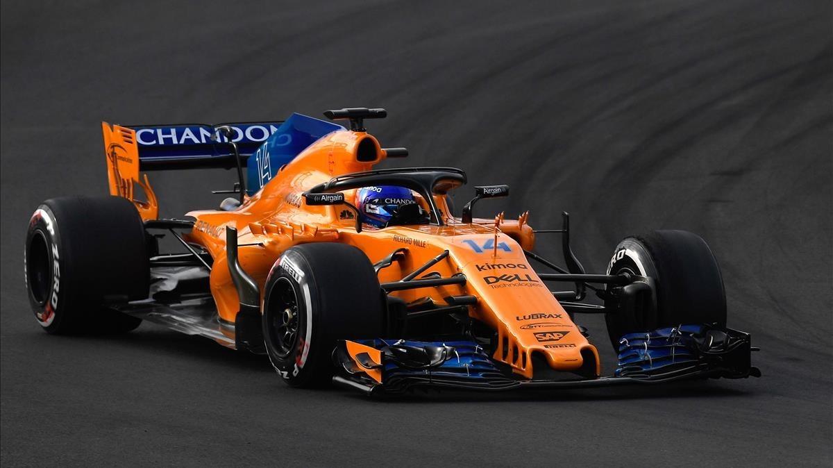 Fernando Alonso, conduciendo su McLaren en Montmeló.