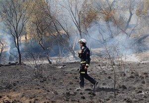 Un efectivo de los Bomberos, en el incendio de Cenicientos y Cadalso de los Vidrios.
