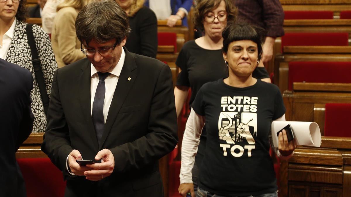 Carles Puigdemont y Anna Gabriel al terminar la sesión en el Parlament