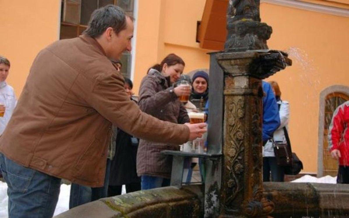 La famosa fuente de cerveza de en la ciudad deZalec, Eslovenia.
