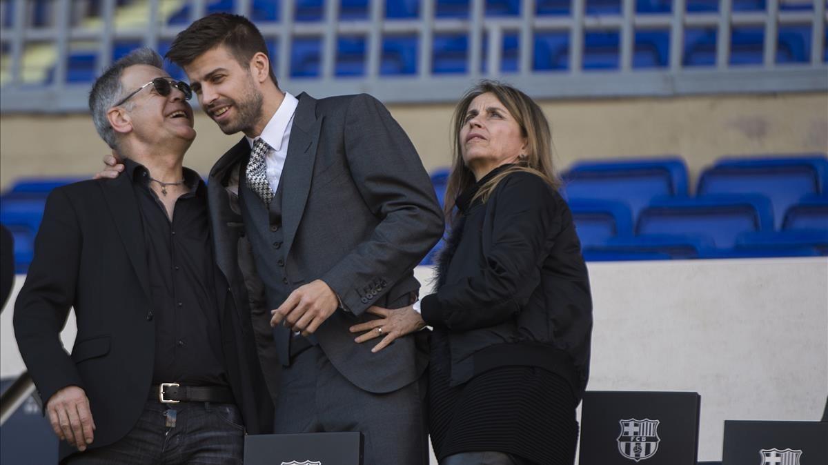 Gerard Piqué, con sus padres, en el palco del Camp Nou.