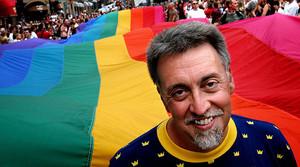 Gilbert Baker, creador de la bandera arcoíris del orgullo gay, en una manifestación en Estocolmo en el 2003.