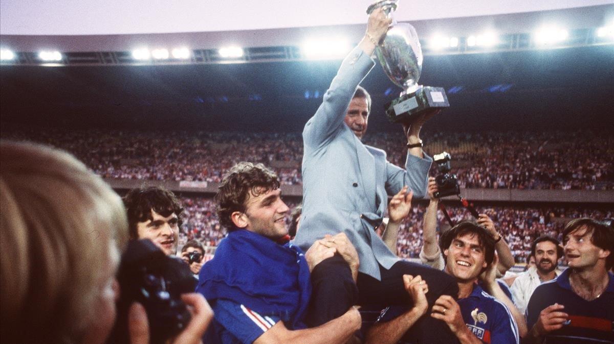 Hidalgo, en 1984, con la Eurocopa alzado a hombros por Amorós y Domergue.