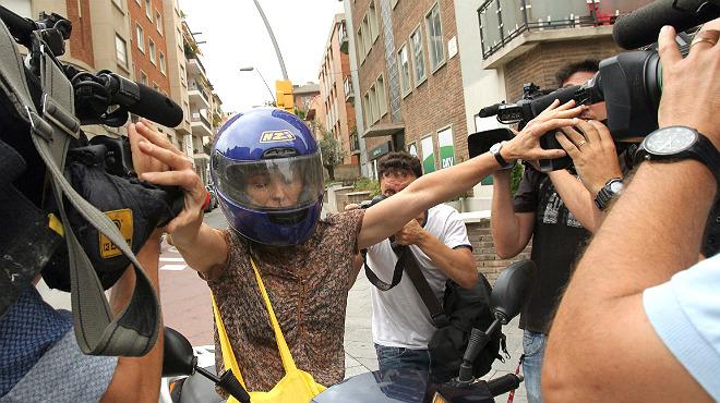 Mireia Pujol, hija pequeña del expresident, huye en moto de la prensa con un giro en dirección contraria pasando muy cerca de un taxi.