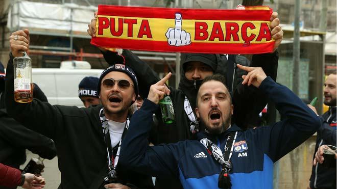 Hinchas del Lyón se concentran en la plaza de Artós de Barcelona a la espera del partido.