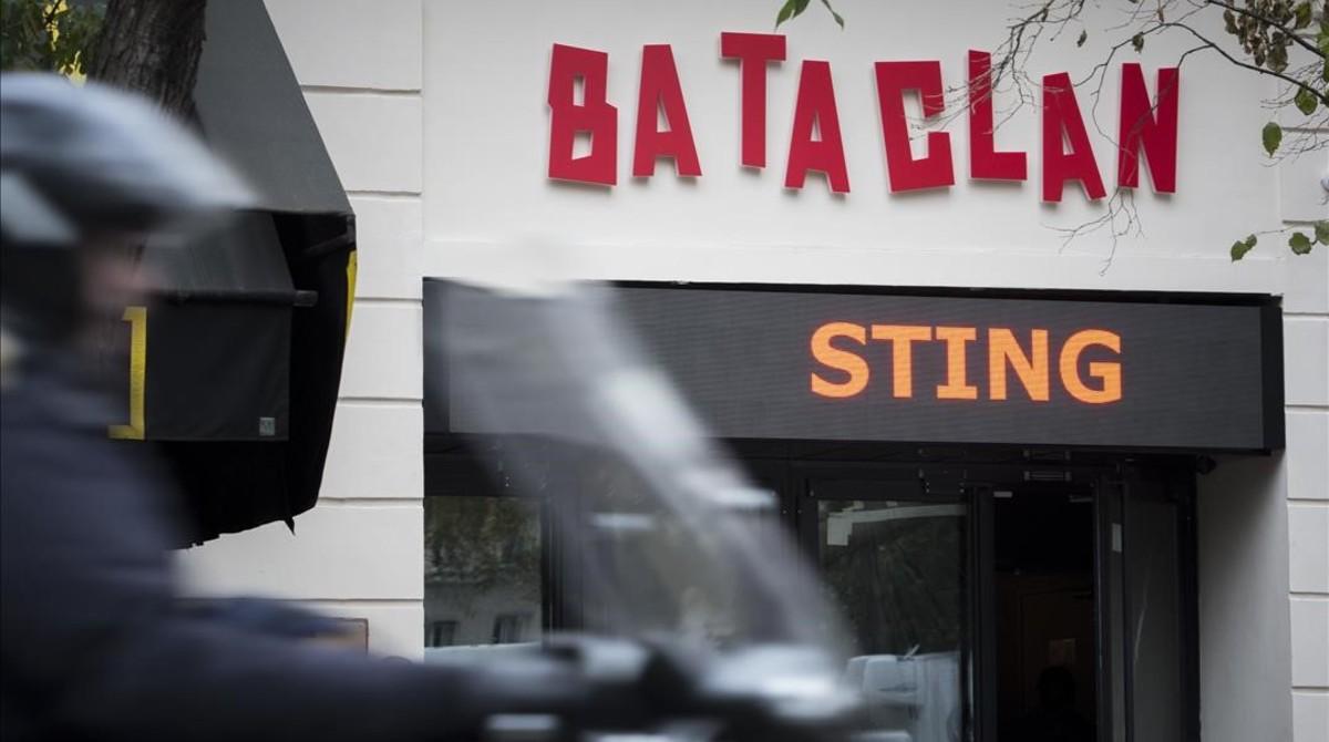 Un hombre pasa por delante de la sala Bataclan, donde esta noche actuará Sting.