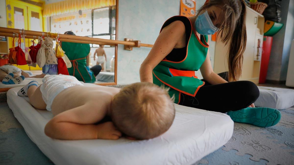 El Hospital Vall d'Hebron investiga el papel de los niños en la transmisión del coronavirus. En la foto, un niño descansa en una guardería de Arganda del Rey.