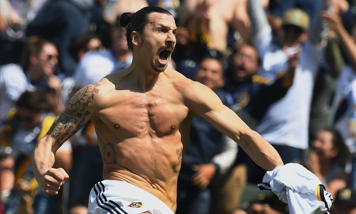 Ibrahimovic celebrando un gol con Los Ángeles Galaxy.