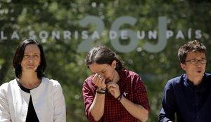Carolina Bescansa, Pablo Iglesias e Íñigo Errejón, durante un acto de Podemos.