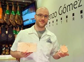 Carlos Gómez muestra un queso para preparar un milhojas en el mercado de Canyelles.