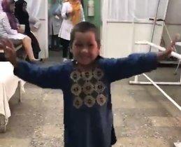 La felicitat d'un nen al rebre una cama ortopèdica a l'Afganistan