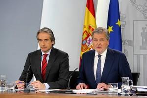 El ministro de Fomento, Íñigo de la Serna, y el ministro portavoz, Íñigo Méndez de Vigo, tras la reunión del Consejo de Ministros.