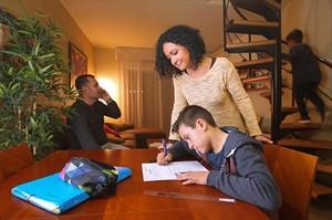 Irene Castilla, junto a su hijo David, en su casa. Al fondo, el padre, José del Caño, y el benjamín de la familia, Óscar.