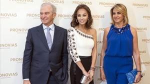Isabel Preysler posa junto Alberto Palatchi y su esposa,Susana Gallardo,en la inauguración del nuevo espacio de Pronovias.