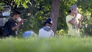Chicos de la cola en los jardines de Sant Pau, este miércoles por la tarde.