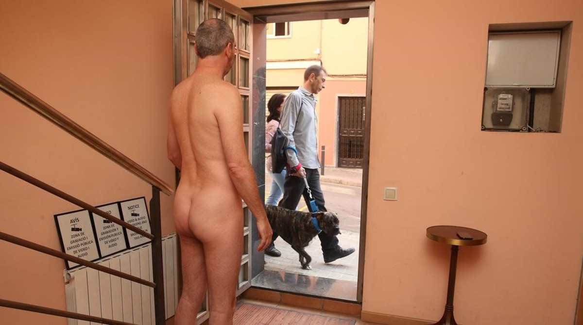 Jeff Thompson, nudista, en su casa de Barcelona.