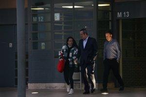 Joaquim Forn, acompañado de su hija, sale de Lledoners, este miércoles.