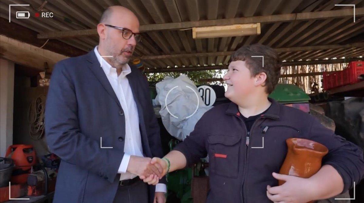 Jordi Basté, presentador de 'No pot ser!', con el pequeño 'youtuber' Miquel Montoro.