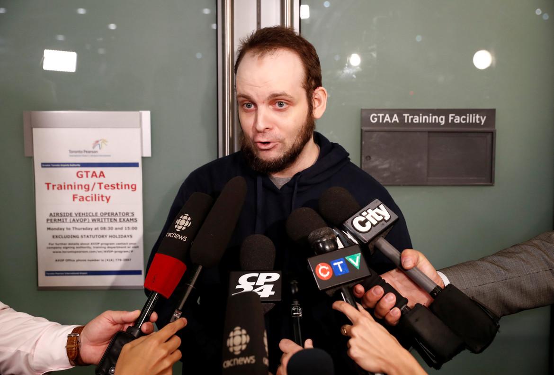 Josua Boyle atiende a los medios tras llegar a Toronto con su familia.