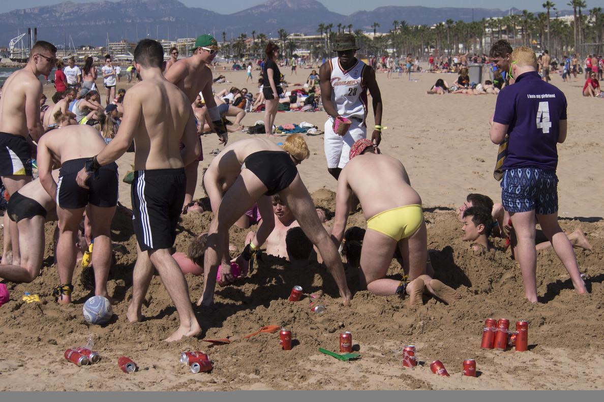 Jóvenes británicos en la playa de llevant de Salou en marzo de 2015 en el Saloufest.