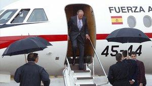Juan Carlos bajando del avión en la Cumbre Iberoamericana de Salamanca en el año 2005