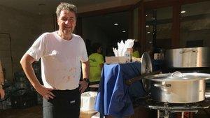 Koldo Royo prepara la comida para los voluntarios de Sant Llorenç, este jueves.