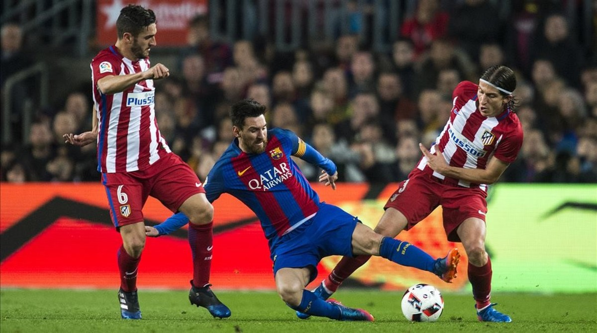 Leo Messi, rodeado de jugadores atléticos.