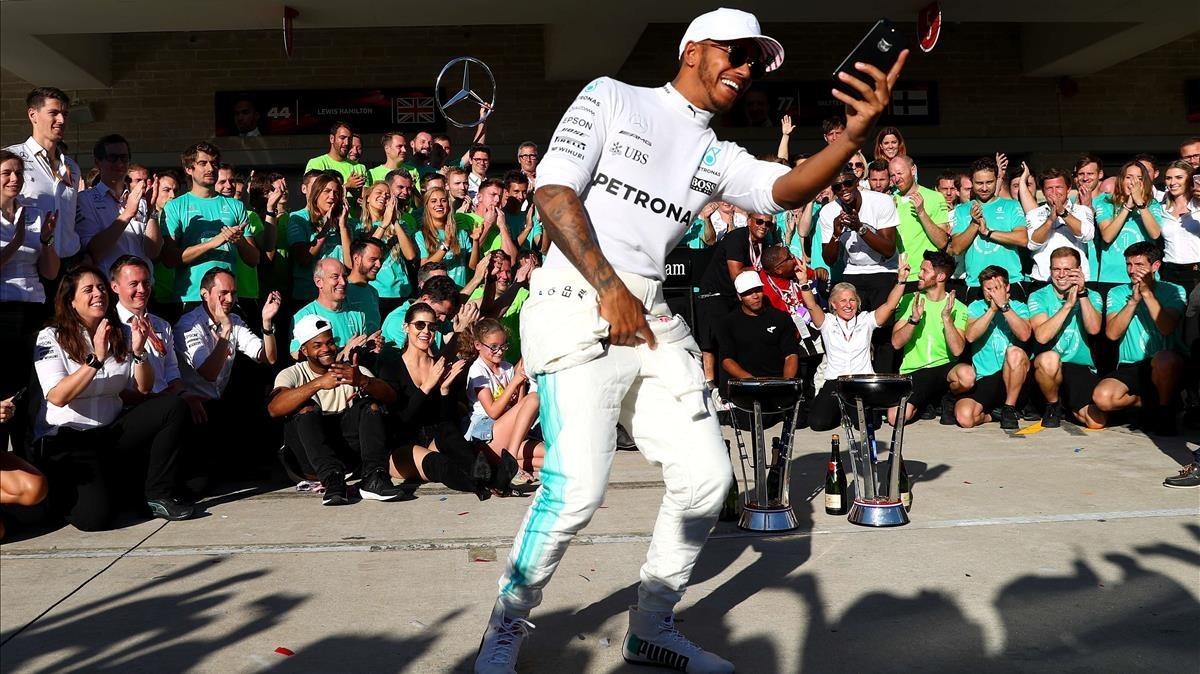 Lewis Hamilton se hace un selfi con su equipo de Mercedes en Austin (EEUU).
