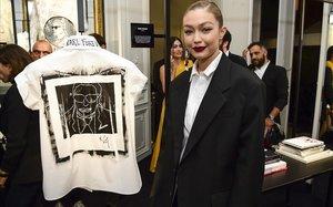 Gigi Hadid, con su camisa homenaje de Lagerfeld.