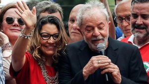 El exprediente Lula con su novia Rosangela Silva, el sábado pasado en Sao Bernardo do Campo.