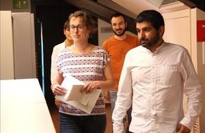 Los diputados de la CUP y Junts pel Sí Mireia Vehí y Chakir el Homrani, durante el registro en el Parlament de la proposición de ley de la Agència Catalana de Protecció Social.