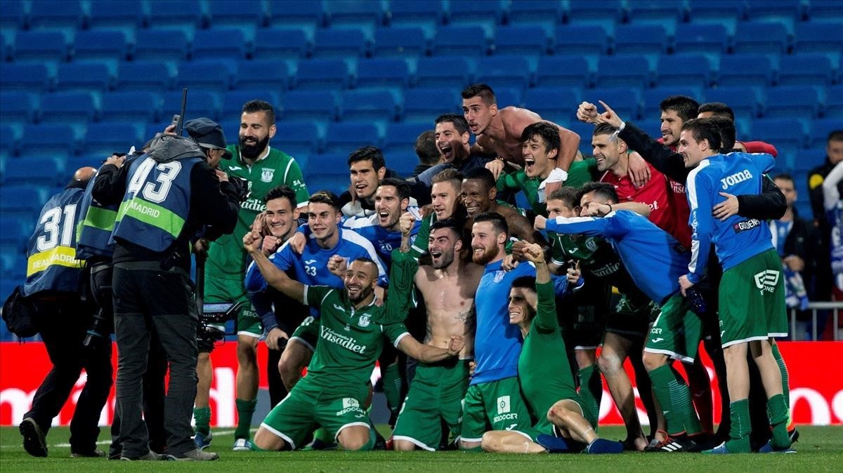 Los jugadores del Leganés celebran su pase a semifinales sobre el césped del Bernabéu.