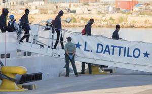 Los primeros inmigrantes bajan del Dattilo.