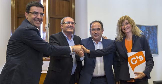 Los representantes del PSOE-A y Cs tras firmar el acuerdo para que Díaz sea investida presidenta.
