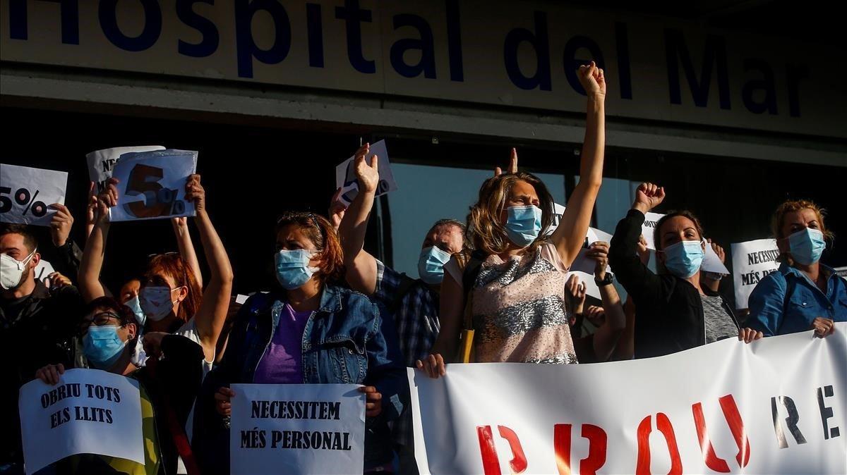 Los sanitarios del Hospital del Mar reclaman mejoras laborales, hoy, a las puertas del centro sanitario.