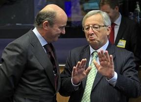 Luis de Guindos (izquierda), con el presidente de la Comisión Europea, Jean-Claude Juncker, en octubre del 2012.