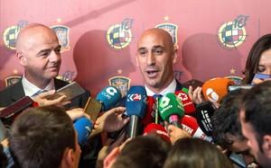 Luis Rubiales atiende a los medios, al lado del presidente de la FIFA, Gianni Infantino, tras la asamblea de la federación