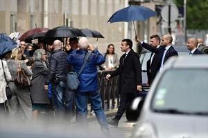 Macron camina por las calles de París, el jueves.