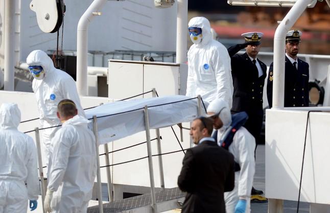 Traslado a tierra en Malta del cadáver de uno de los inmigrantes que se ahogaron en sábado.