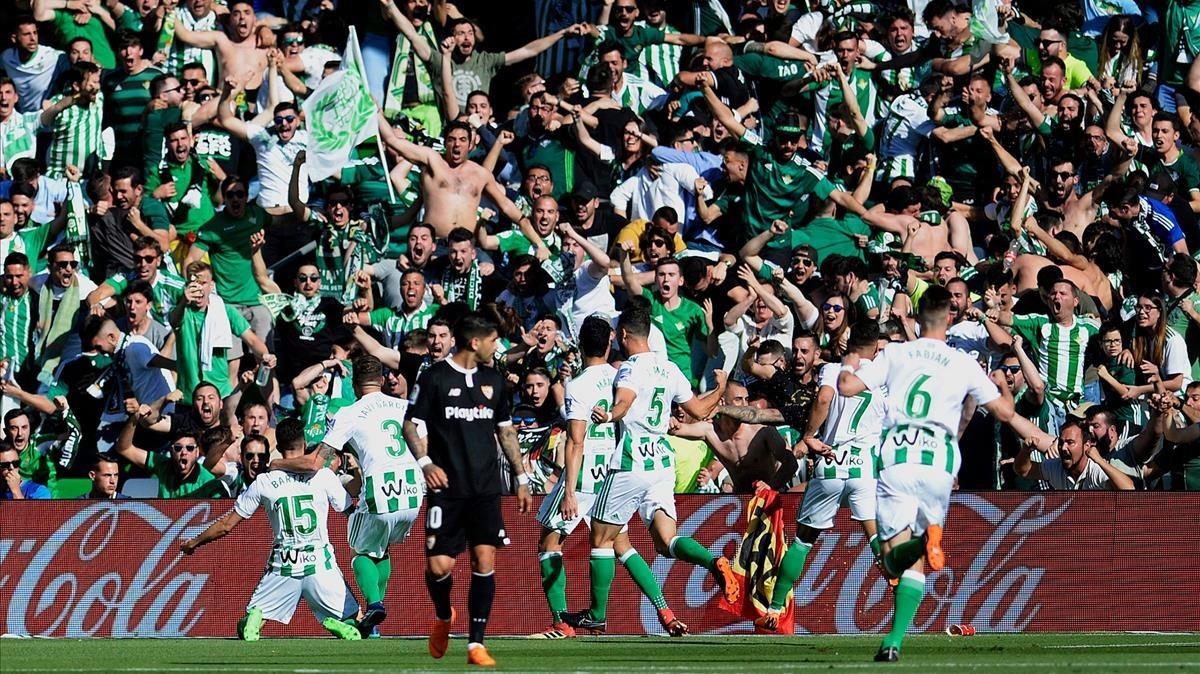 Marc Bartra, de rodillas, celebra con la grada y con sus compañeros su gol al Sevilla.