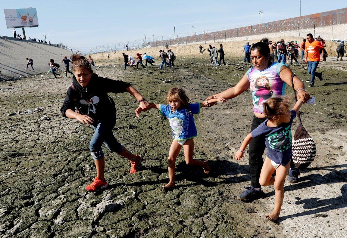 Maria Meza, hondureña, intenta llegar a los EE.UU. mientras huye del gas lacrimógeno con sus hijas.