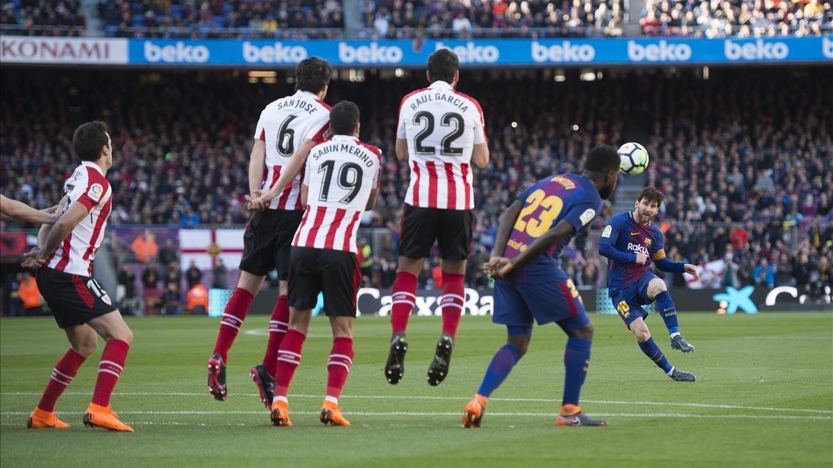 Messi ejecuta una falta ante el Athletic.